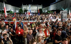 """""""Chain of lights"""" protest across Poland"""